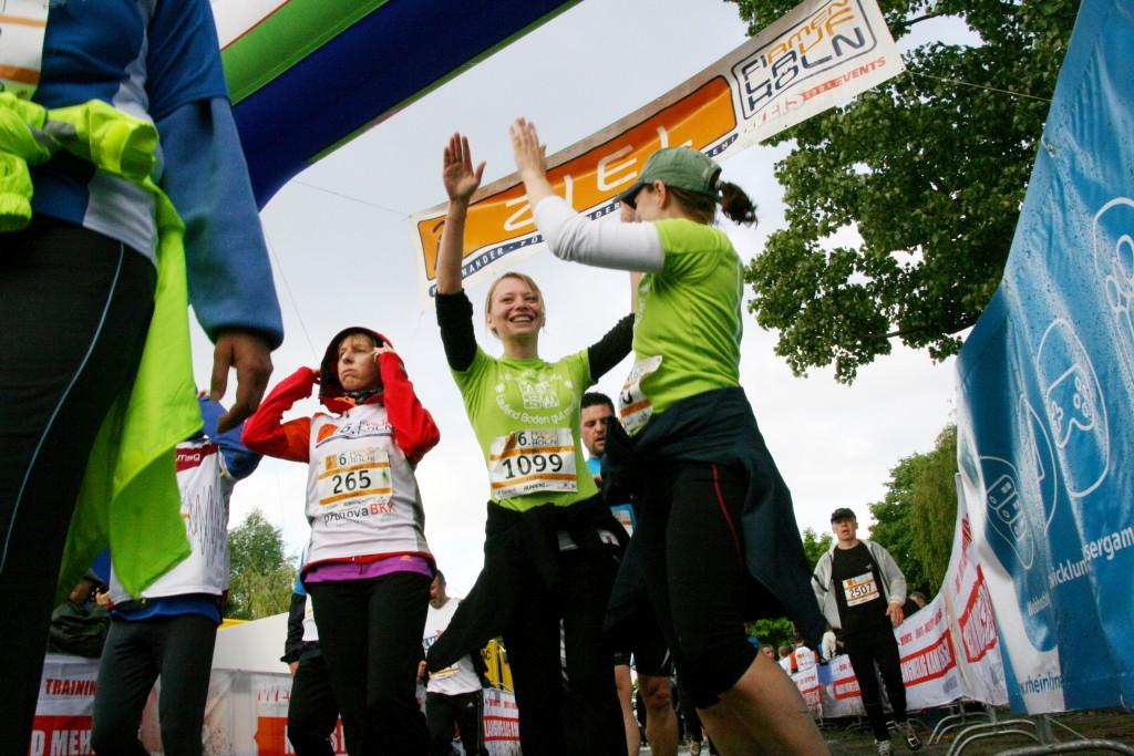 Zieleinlauf beim 6. Firmenlauf Köln am 23.05.2013.  Der Firmenlauf Köln bewegt immer mehr Unternehmen: Mit 4751 Läufern aus 192 Firmen, Verbände und Behörden kamen so viele Sportler und Firmen zum 6. Firmenlauf Köln wie noch nie. Auch die Spenden von Teilnehmern und Veranstalter erreichten mit 6519 Euro zugunsten der Hilfsorganisationen CARE und der AKTION LICHTBLICKE einen neuen Rekord. Selbst das Wetter war rekordverdächtig wechselhaft. Zwischen Regen, Hagel und Sonne lagen nur Minuten. Die Stimmung beim Lauf auf der rund sechs Kilometer langen Runde um den Fühlinger See war trotzdem sportlich bis ausgelassen.  www.fila-koeln.de