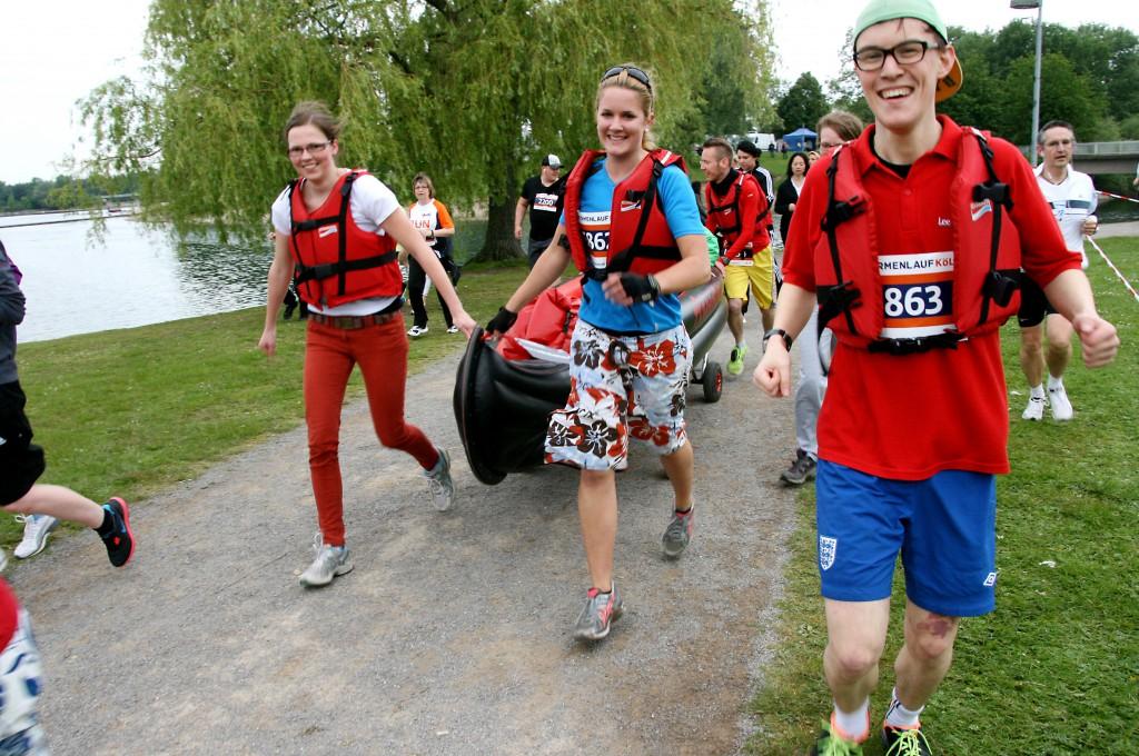 Laufen ohne Wettkampfstress: 5833 Läufer und Walker gingen bein 7. Firmenlauf Köln auf die sechs Kilometer lange Strecke am Fühlinger See. Traditionell gehen viele Teams verkleidet an den Start, dieses Team ging sogar mit Boot auf die Laufstrecke