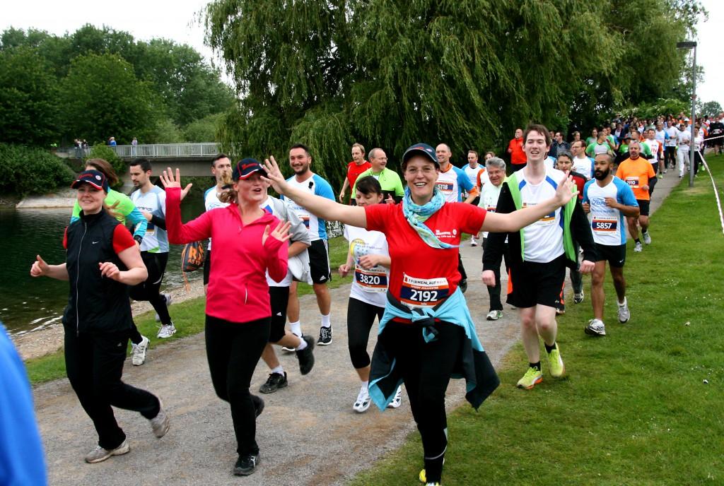 Laufen ohne Wettkampfstress: 5833 Läufer und Walker gingen bein 7. Firmenlauf Köln auf die sechs Kilometer lange Laufstrecke am Fühlinger See.