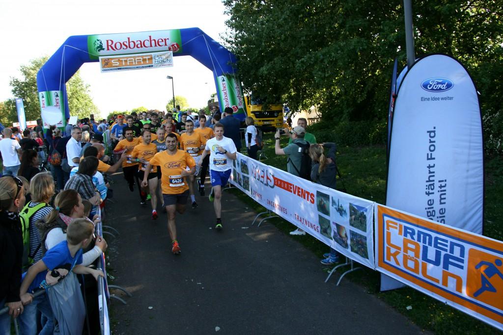 Laufen ohne Wettkampfstress: 7012 Läufer und Walker gingen bein 8. Firmenlauf Köln auf die sechs Kilometer lange Laufstrecke am Fühlinger See. Viele trugen T-Shirts mit dem Namen und Logo ihres Unternehmens oder waren bunt verkleidet.