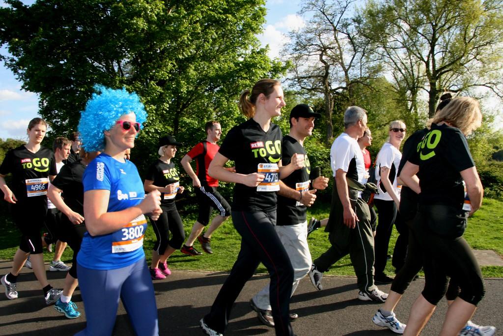 Laufen ohne Wettkampfstress: 7012 Läufer und Walker gingen bein 8. Firmenlauf Köln auf die sechs Kilometer lange Laufstrecke am Fühlinger See. Viele trugen T-Shirts mit dem Namen und Logo ihres Unternehmens oder waren verkleidet.