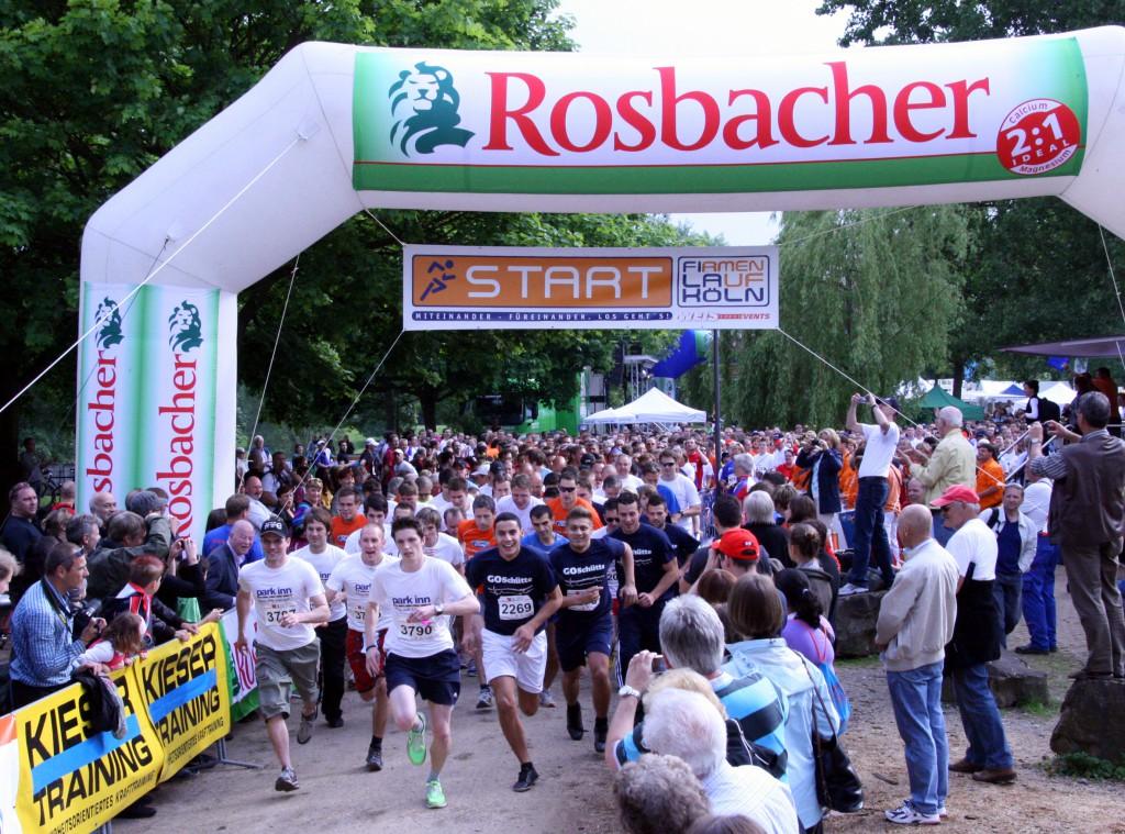Start beim 3. Firmenlauf Köln am 27. Mai 2010 am Fühlinger See. Beim Firmanlauf Köln gehen Teams aus Unternehmen, Verbänden und Behörden gemeinsam auf die Laufstrecke. Der Lauf führt über sechs Kilometer rund um den Fühlinger See. Der Firmanlauf ist kein Wettkampf, sondern ein ein Teamevent. Hier geht es nicht um die Schnellsten, sondern um Spass, den gemeinsamen Erfolg sowie die Motivation der Mitarbeiter - und um einen guten Zweck. Ein Teil des Startgeldes sowie weitere Spenden kommen CARE und der AKTION LICHTBLICKE zugute. Der Firmenlauf Köln ist eine Veranstaltung von Weis Sportevents.  Infos  unter www.fila-koeln.de
