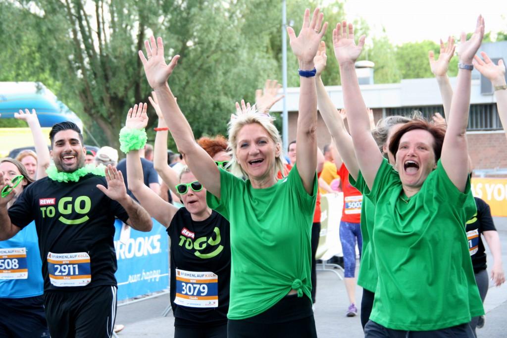 Das Business-Fun-Sport_Event. Laufen ohne Wettkampfstress: 6354 Läufer, Walker und Rollifahrer gingen bein 9. Firmenlauf Kölnn auf die 5,7 Kilometer lange Laufstrecke rund um den Fühlinger See. Beim Firmenlauf Köln geht es nicht um die Schnellsten, sondern um den Team- und Sportgeist, um Motivation, Kreativität und die gute Sache. 9.000 Euro spendeten Veranstalter und Teilnehmer 2016 an die beiden Hilfsorganisatione CARE und die AKTION LICHTBLICKE. (www.fila-koeln.de)  Veranstalter des Firmenlaufs Köln ist Weis Events GmbH (www.weis-events.de).